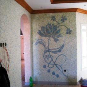 Коричневый плинтус на потолке жилой комнаты