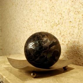 Декоративный шар на столешнице кухни