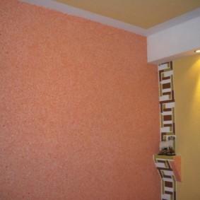 Розовая стена кухни с жидкими обоями
