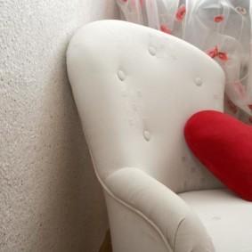 Мягкое кресло с белой обивкой