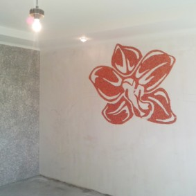 Красный цветок на белой стене