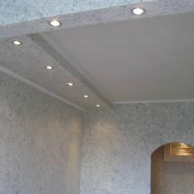 Точечные светильники в потолочной балке