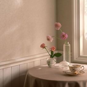 Живые цветы на кухонном столе