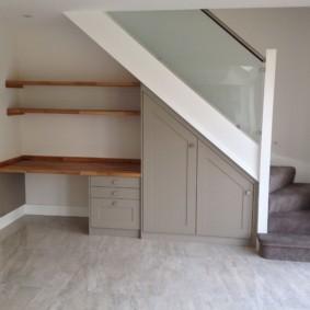 гардеробная под лестницей дизайн фото