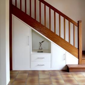 гардеробная под лестницей фото декор