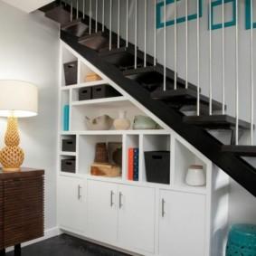гардеробная под лестницей фото варианты
