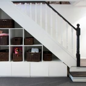 гардеробная под лестницей фото виды