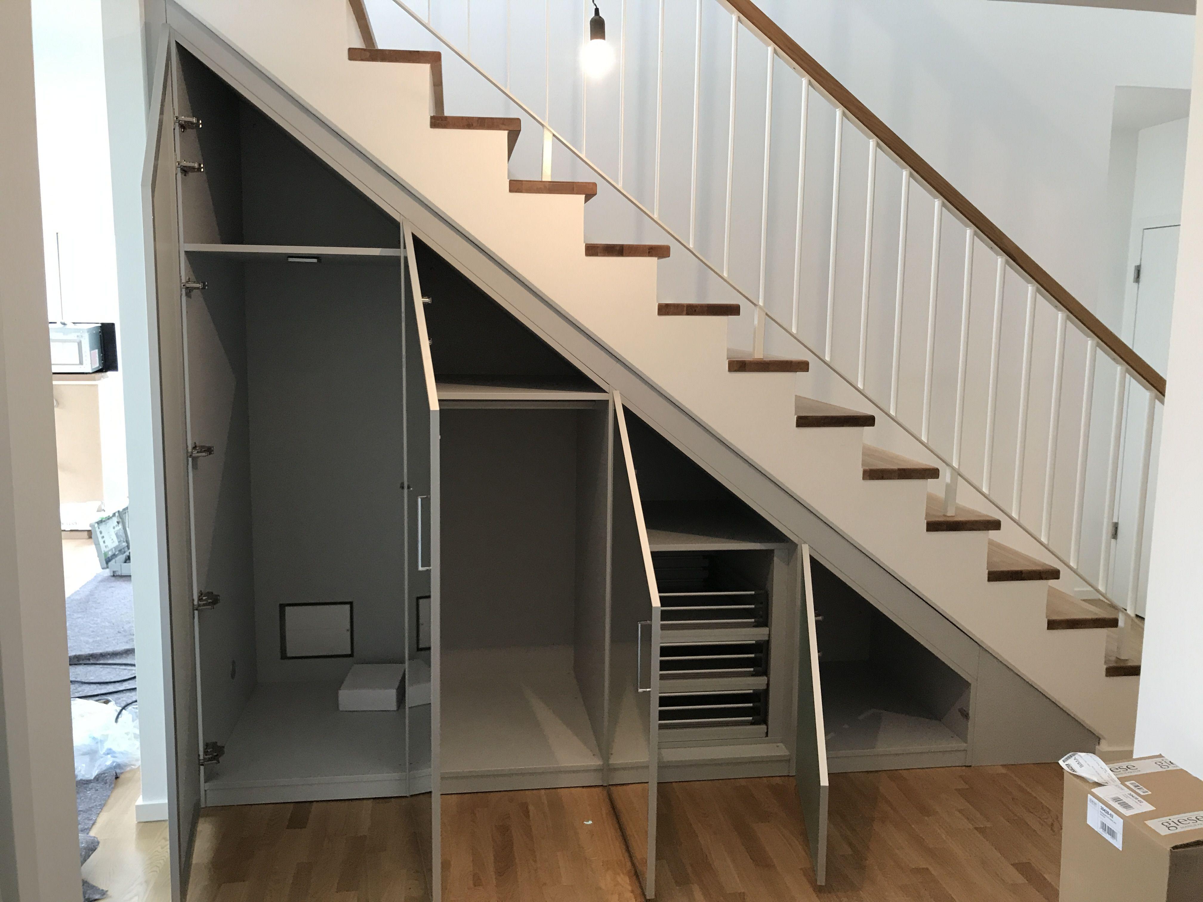 гардеробная под лестницей идеи фото
