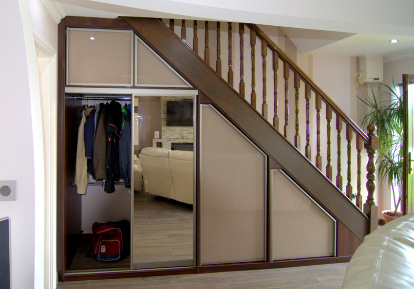 гардеробная под лестницей оформление фото