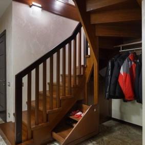 гардеробная под лестницей варианты фото