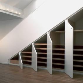 гардеробная под лестницей фото декора