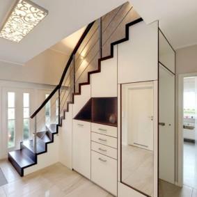 гардеробная под лестницей фото дизайн