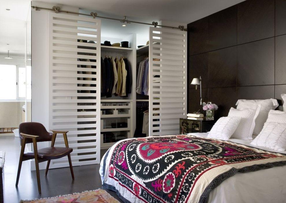 Спальная комната с раздвижными дверями