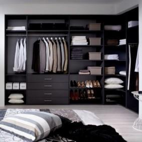 гардеробная в спальне черного цвета