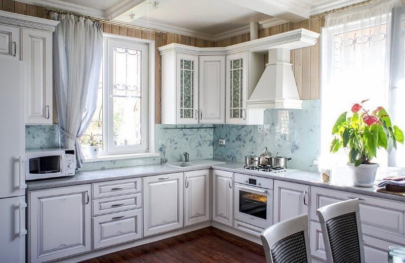 Открытая вытяжка над плитой в кухне деревенского стиля