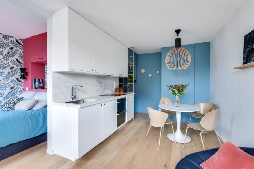 Линейная кухня в маленькой квартире-студии