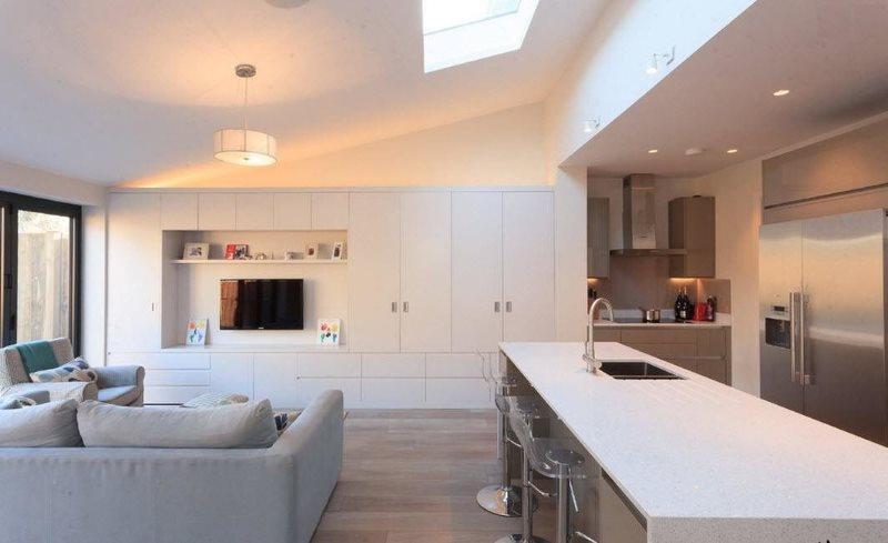 Интерьер кухни гостиной в частном доме в стиле минимализма