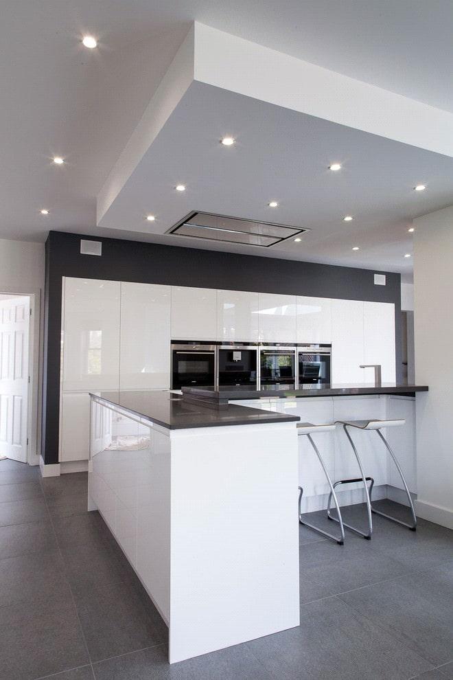 Черная столешница на кухонном острове с белыми фасадами