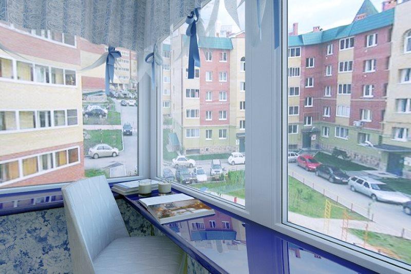 Синяя поверхность подоконника на балконе
