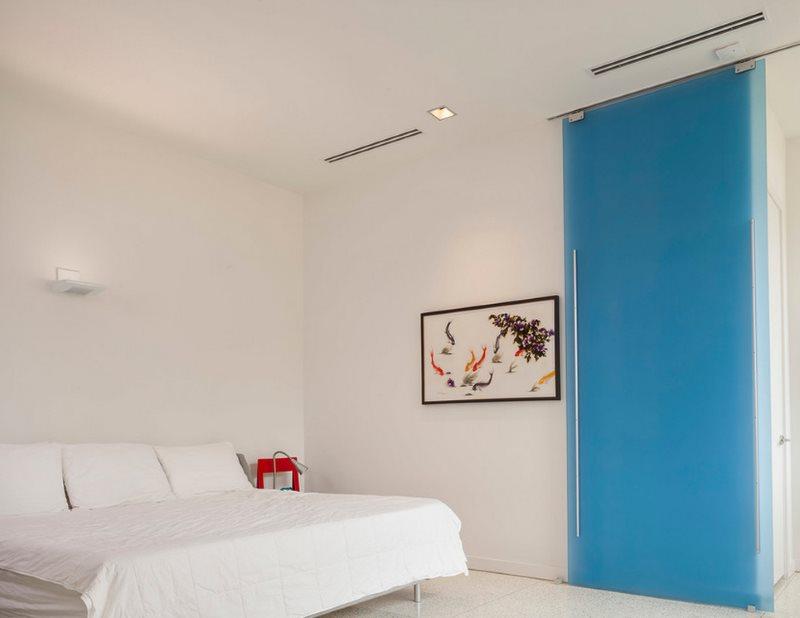 Голубая раздвижная дверь в интерьере спальни
