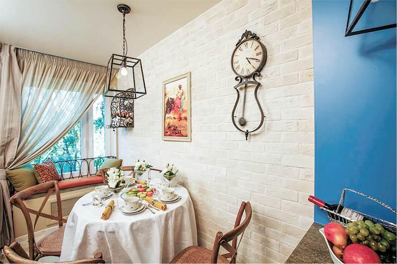 кухня в средиземноморском стиле с кирпичной кладкой