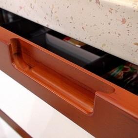 Фрезерованная ручка на ящике кухонного гарнитура