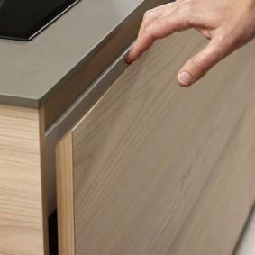 Скошенный угол кухонного ящика вместо ручки