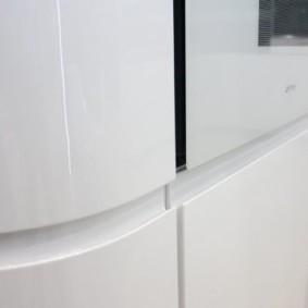 Интегрированная рукоятка на полукруглом фасаде кухонного гарнитура