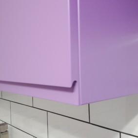 Удобная выемка в нижней части дверцы подвесного шкафчика