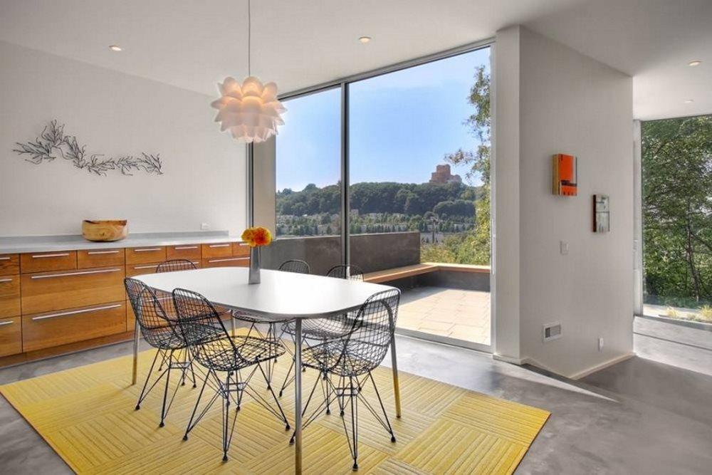 Желтый ковер на кухне с панорамным окном