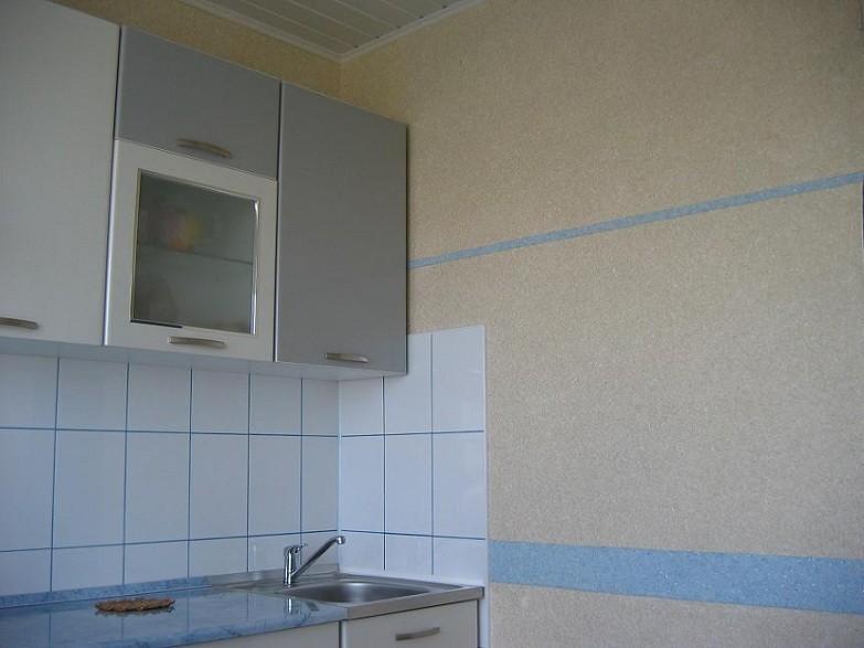 Прямоугольная керамическая плитка на фартуке кухни