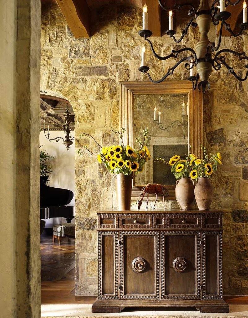 Живые цветы в вазе на комоде в прихожей
