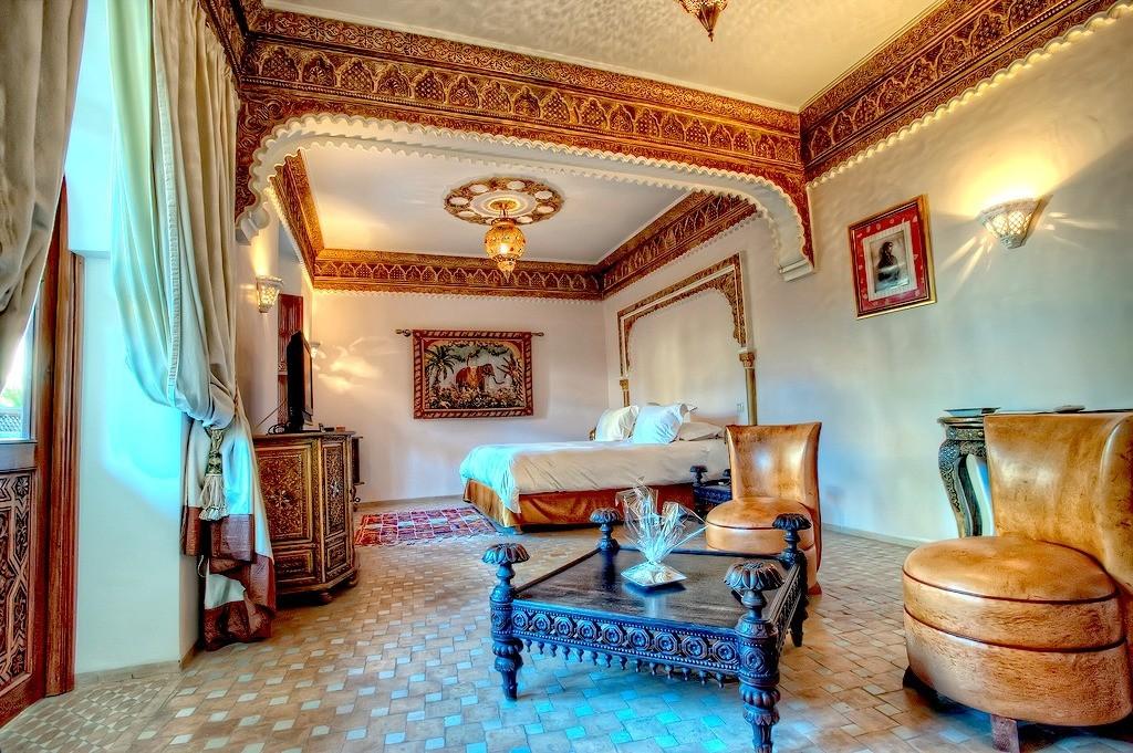 Керамический пол в просторной спальной комнате