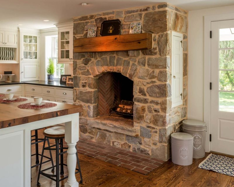 Печь-камин в интерьере кухни под старину