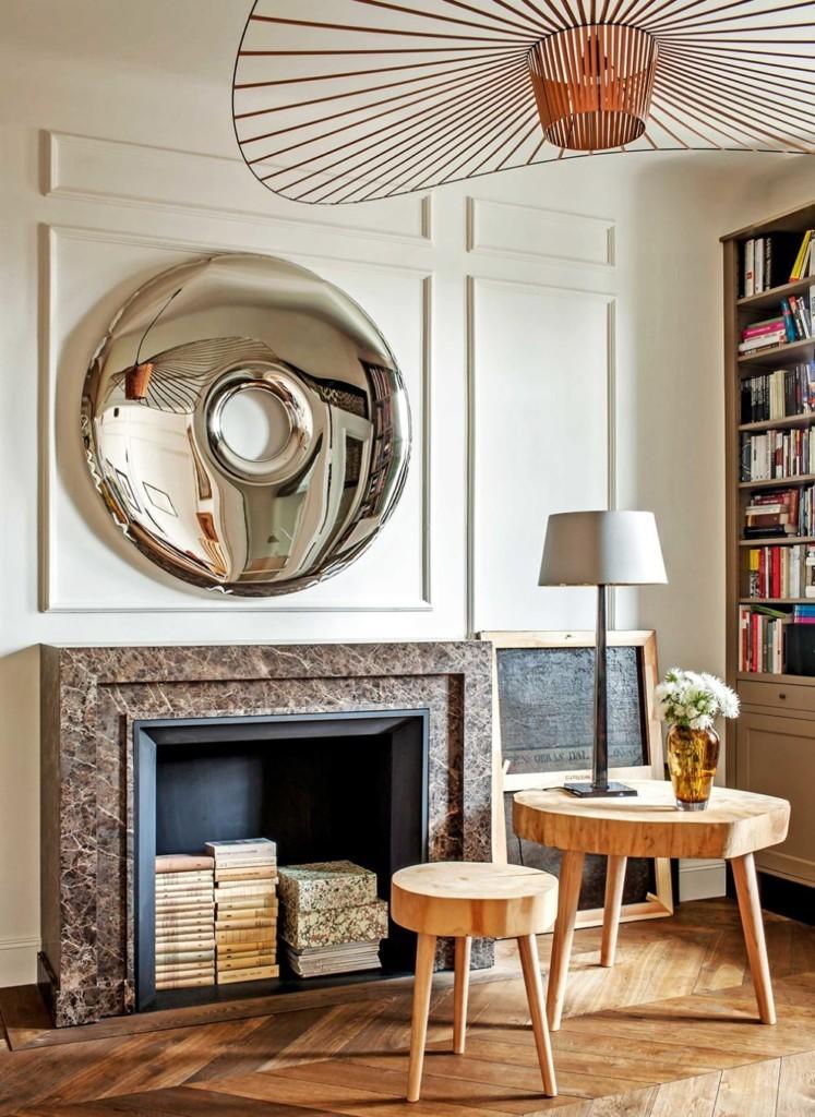 Стопки книг внутри фальш-камина в гостиной комнате