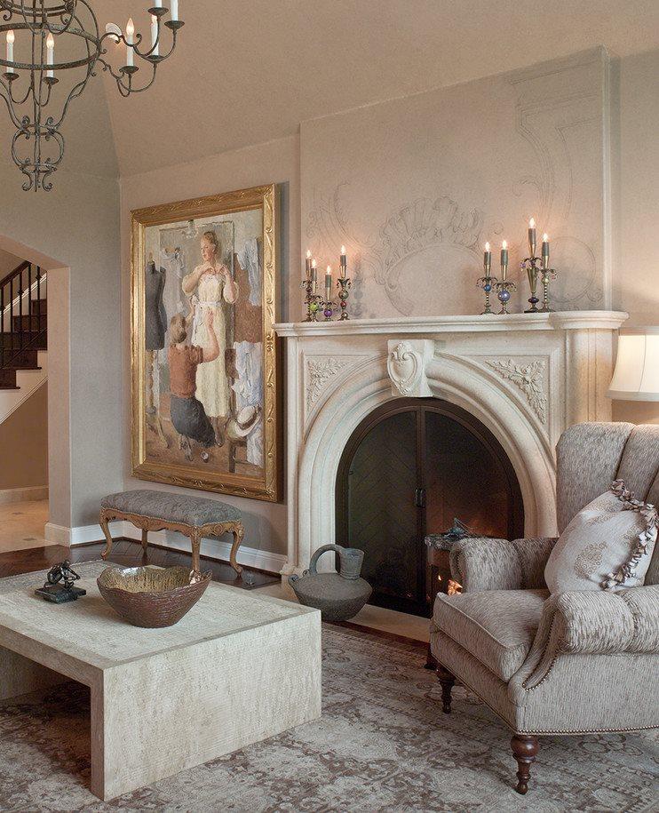 Картина в деревянной раме рядом с камином в гостиной