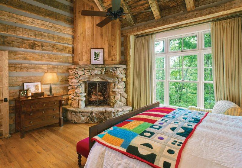 Угловой камин в спальне стиля кантри