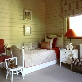 Детская кроватка в комнате с деревянной обшивкой стен