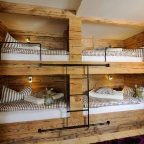 Двухъярусные кровати из дерева в детской комнате