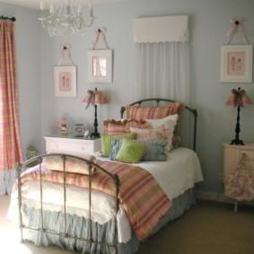 Металлическая кровать в детской спальне
