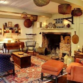 Просторная гостиная с камином в интерьере