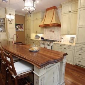 Кухонный остров в квартире стиля кантри