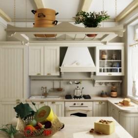 Деревянный гарнитур в кухне кантри