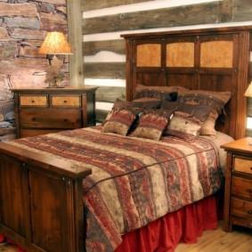 Деревянное изголовье кровати в спальне