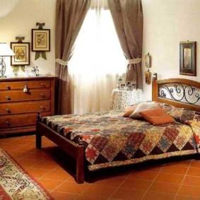 Ковер на полу спальной комнаты