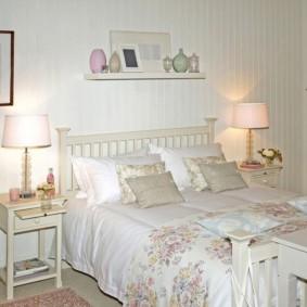 Полочка на стене спальни в светлых тонах