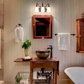 Белое полотенце на вешалке в ванной