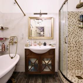 Светлая ванная комната в деревенском стиле