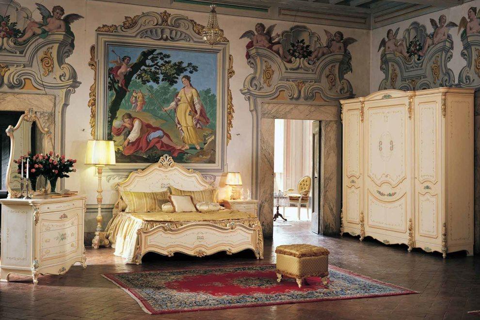 Картина в красивой раме над диваном с позолотой