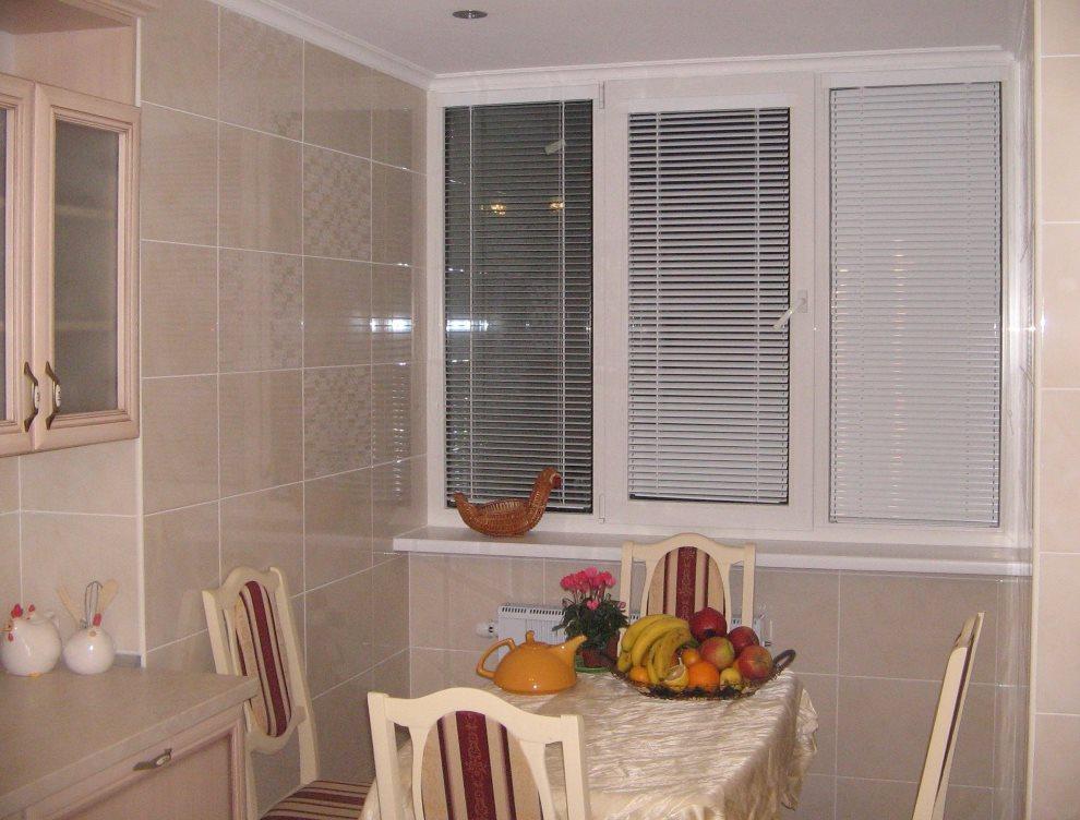 Белые кассетные жалюзи на пластиковом окне кухни